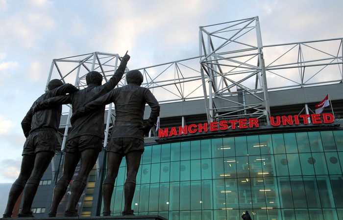 Manchester United continue to pay staff despite season postponement
